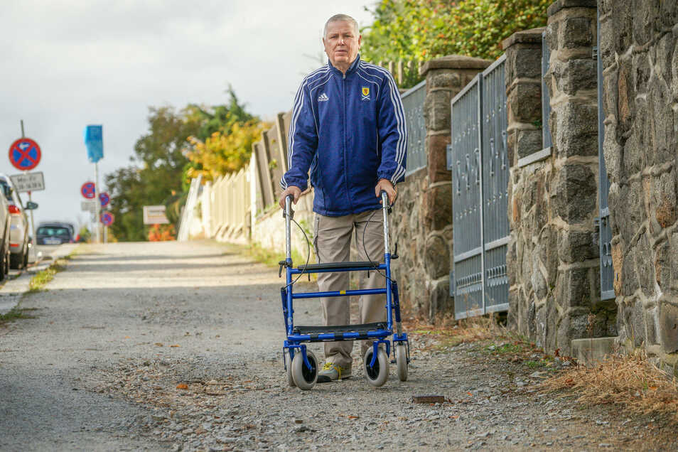 Hanspeter Benad leidet an Parkinson und ist auf einen Rollator angewiesen. Damit kommt er auf den Fußwegen entlang der Bautzener Flinzstraße aber nur sehr beschwerlich voran.