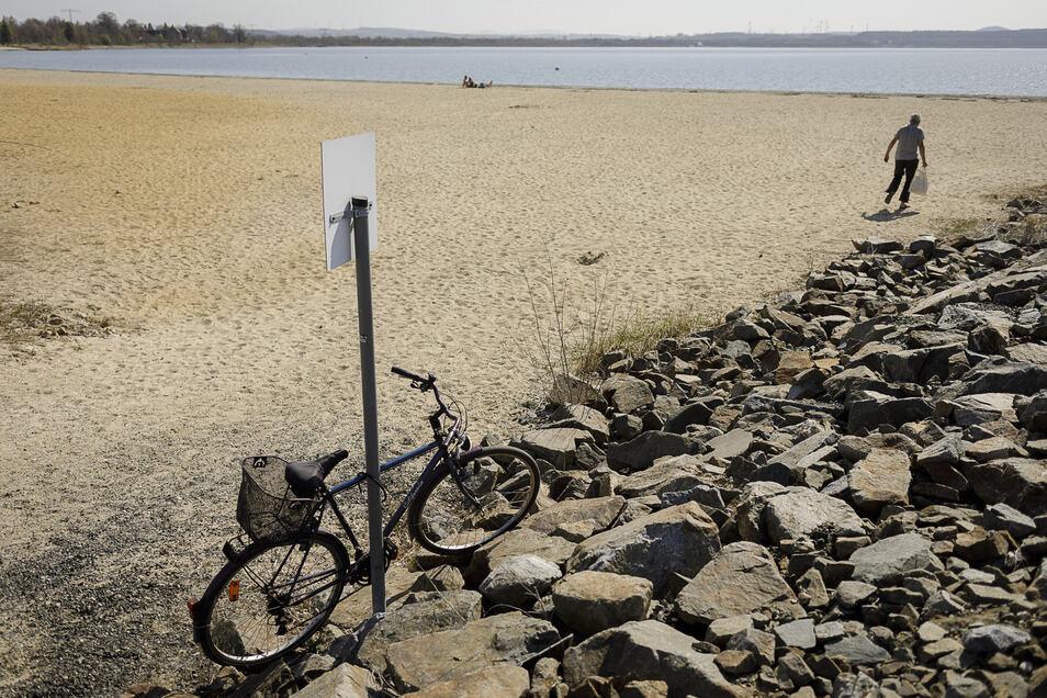 Die Zufahrt zum Berzdorfer See war um das Osterwochenende für Autos gesperrt - vermutlich ein Grund, warum trotz des Traumwetters so wenige Ausflügler kamen.