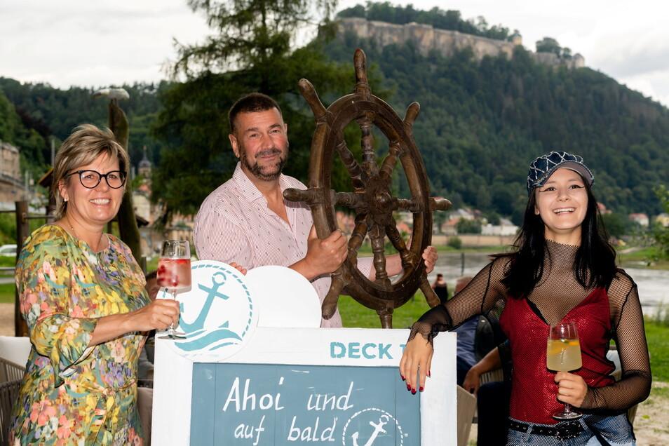 """Eröffnen die neue Strandbar """"Deck 16"""" in Königstein: Kultur- und Tourismusministerin Barbara Klepsch, Gastronom Sven-Erik Hitzer und Schlagersternchen Cammi Salzano (v.l.)."""