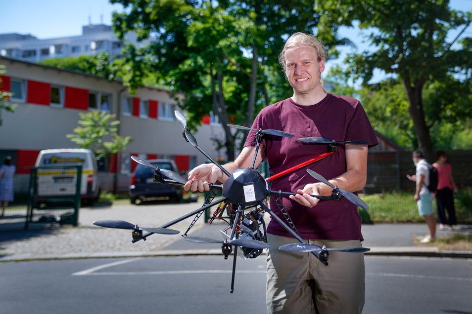 Die Drohne soll Dresdner Kinder vor der Hitze schützen, Experte Jakob Maercker steuert sie.