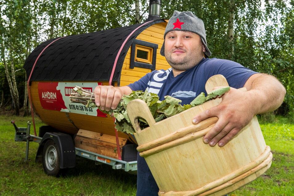 Der Mann mit der heißen Kiste: Alexander Horn aus Heidenau vermietet fahrbare Saunafässer. Während Corona konnte er sich vor Aufträgen kaum retten.