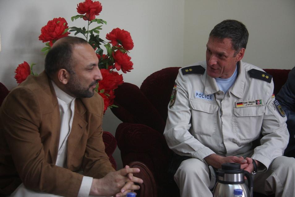 Sven Mewes im Gespräch mit einem afghanischen Verantwortlichen: Zwei Jahre lang war der Görlitzer Stabschef der Polizeidirektion in Kundus.