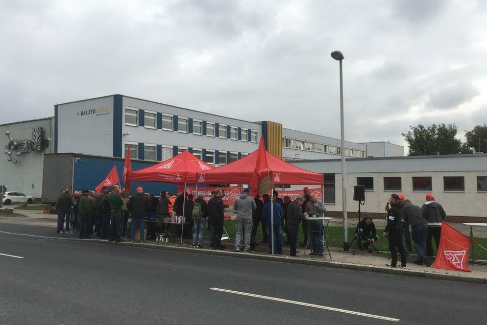 """Etwa 50 Mitarbeiter treffen sich vor dem Kabelwerk Meißen: zur """"aktiven Mittagspause"""". Sie fordern mehr Gehalt."""