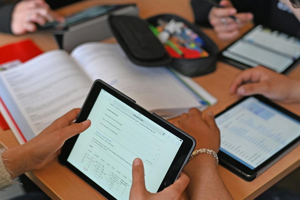 Für den digitalen Unterricht werden Lehrkräfte mit Tablets und Laptops ausgestattet.