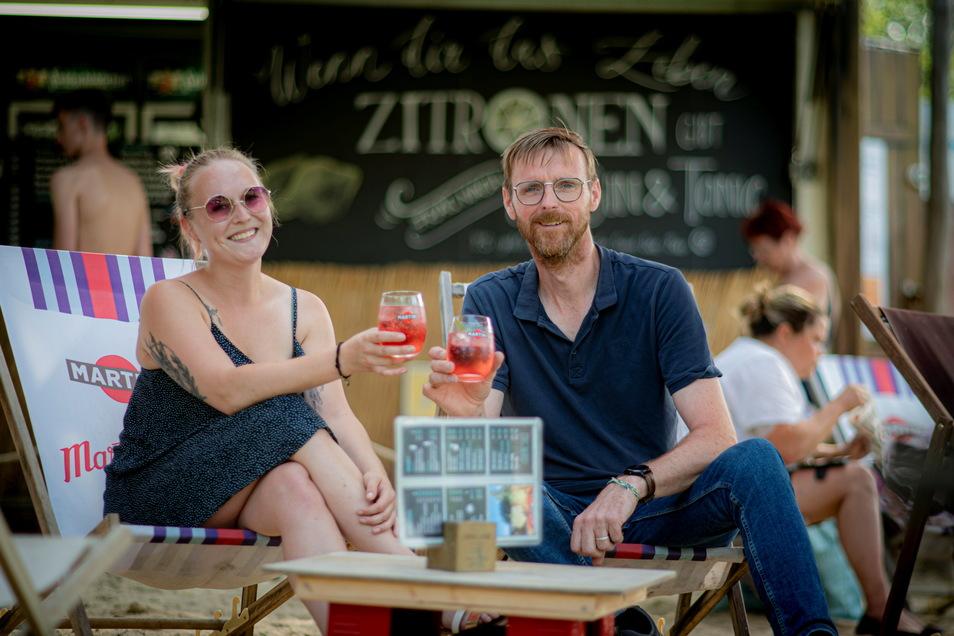 Auf ein gutes Gelingen des Badfestes: Bar-Leiterin Magdalena Abryschinski und der Vorsitzende des Badvereines Sven Heinrich haben die Vorbereitungen für die Veranstaltung am Wochenende fast geschafft.