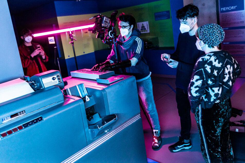 """Die Band """"Elephants on Tape"""" aus Leipzig dreht ein Musikvideo im Zcom Hoyerswerda. Die Technik und Gegebenheiten vor Ort haben einen Einfluss auf die Bilder und Sequenzen, die entstehen."""