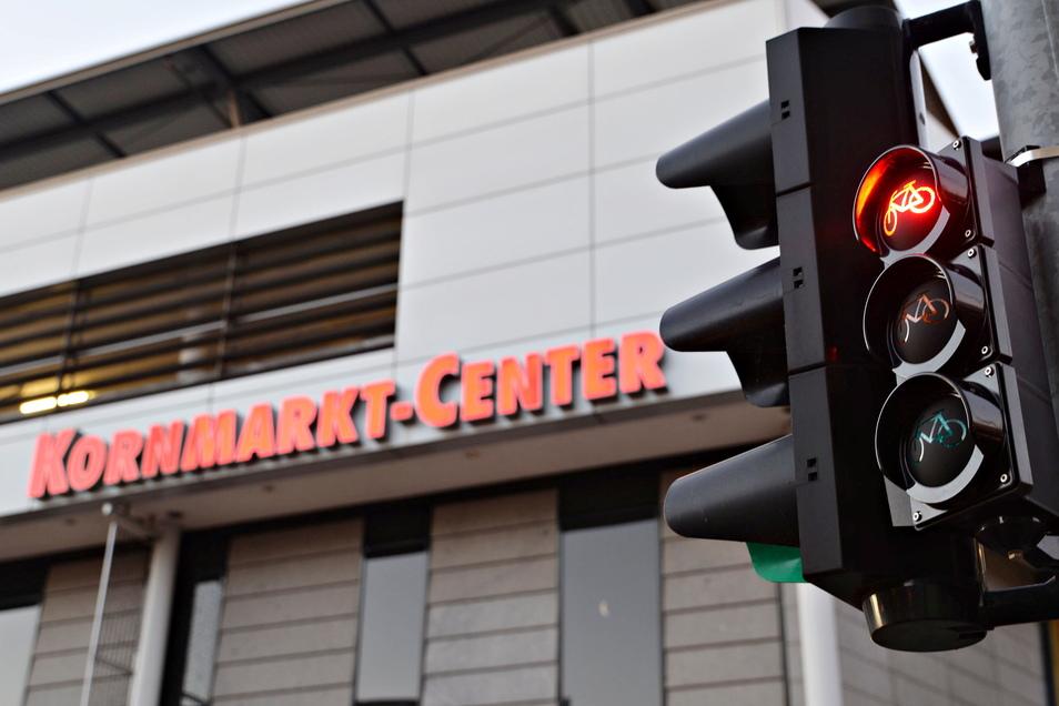 Im Bautzener Kornmarkt-Center gab es am Dienstagabend einen Zwischenfall mit einem Mann, der vermutlich im Drogeriemarkt Rossmann Waren gestohlen hat.