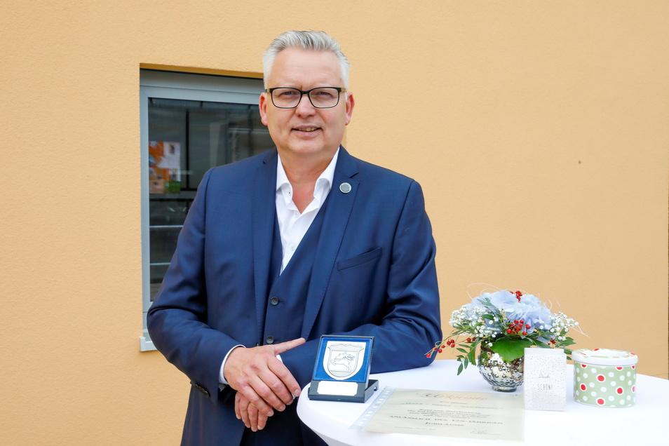 Thomas Krusekopf hat von Ortsbürgermeister Bernd Müller für sein Engagement in Hirschfelde die Ehrenmedaille der Ortschaft bekommen.