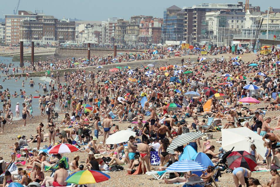 Großbritannien, Brighton: Menschenmengen halten sich am Strand des Seebades auf. Trotz Corona-Pandemie sind Zehntausende Briten an die Küsten im Süden ihres Landes gestürmt.