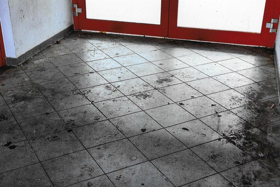 """Der Vorraum hat einen """"echt schweinisch aussehenden Fußboden"""", sagt Heinz Wirrig."""