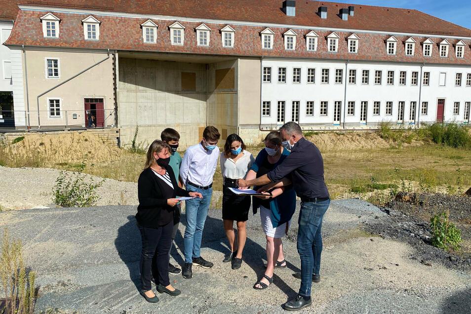Daniel Neuer (rechts) und seine Mitarbeiterin Stefanie Schmidt (links) zeigen Schülern und Verwaltungschefin Katrin Filschke (2. von rechts), wo demnächst gebaut werden soll.
