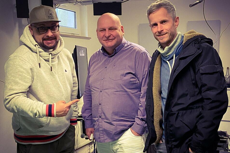Raik Ruscher, DJ Happy Vibes (Andreas Hoffmann) und Attila Schanze (v.r.) bei der Vorbereitung der Veranstaltung im Mega-Drome Radebeul.