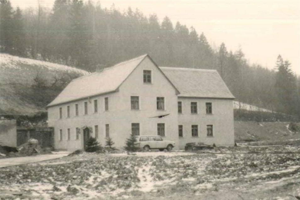 1973 kauften die Kaths die Hinkelmühle im Trebnitzgrund bei Liebstadt. Die beiden bauten das Gemäuer, erstmals erwähnt um 1590, zum luxuriösen Wohnsitz um. Nach der Beschlagnahme diente es der SED-Bezirksleitung als Schulungsheim.