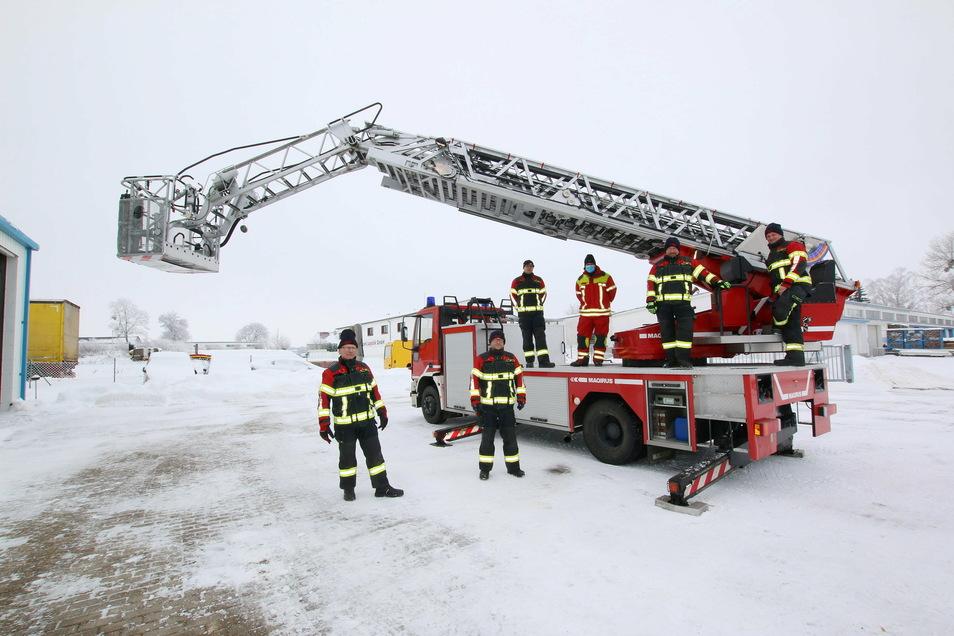 Das neue Feuerwehrfahrzeug ist in Leisnig angekommen. Die Leiter kann bis auf 30 Meter Höhe ausgefahren werden. Dafür und für diverse andere Technik gab's eine Einweisung von einem Oschatzer Kameraden.