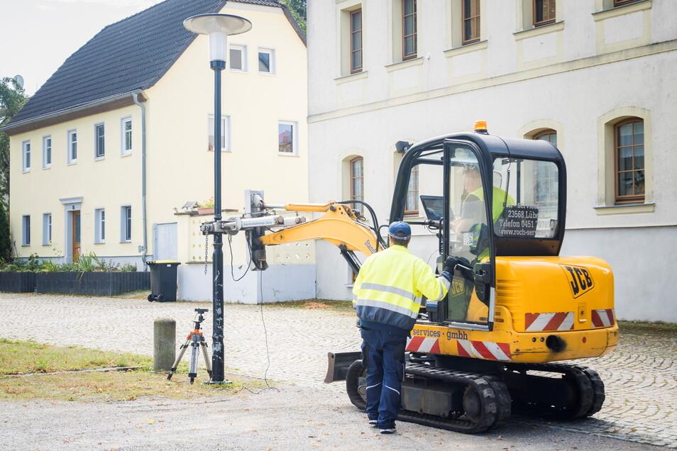 Den Mast fest im Griff: Mit spezieller Messtechnik haben Mitarbeiter einer Lübecker Firma jetzt in Riesa die Träger der Straßenbeleuchtung untersucht. Nicht nur an der Elbstraße.