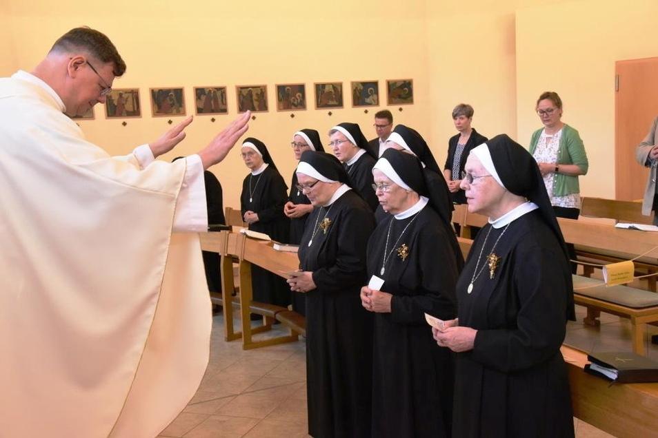 Pfarrer Roland Elsner segnete in der Kapelle des Malteser-Krankenhauses St. Carolus die Schwestern, die schon seit 60 Jahren in Görlitz sind.