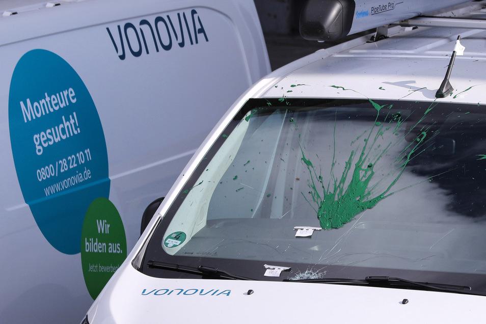 Bei diesem Auto haben Unbekannte die Frontscheibe beschädigt. Außerdem wurde es offenbar von einem Behältnis mit grüner Farbe getroffen.