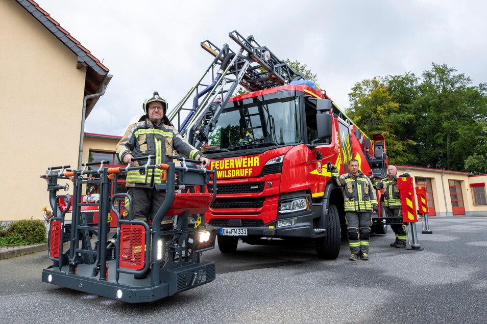 Die Feuerwehrkameraden Daniel Quint, Daniel Menzel und Falk Arnhold (von links) stellen das neue Drehleiterfahrzeug vor.
