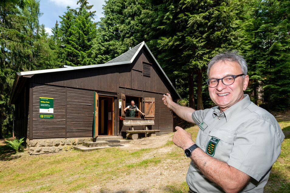 """Hüttenwart Jens Dzikowski gibt """"Willy's Ruh"""" frei. Er ist fast täglich am Forststeig unterwegs und kontrolliert die Biwaks und Trekkinghütten."""