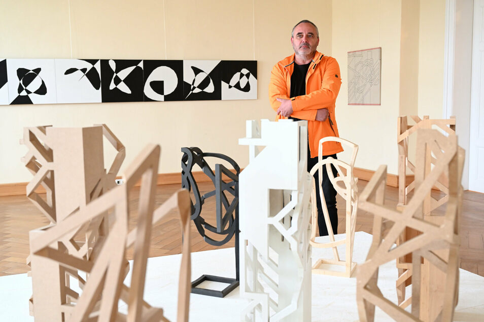 Der Dresdner Künstler Jean Kirsten in seiner Ausstellung im Schloss Struppen.