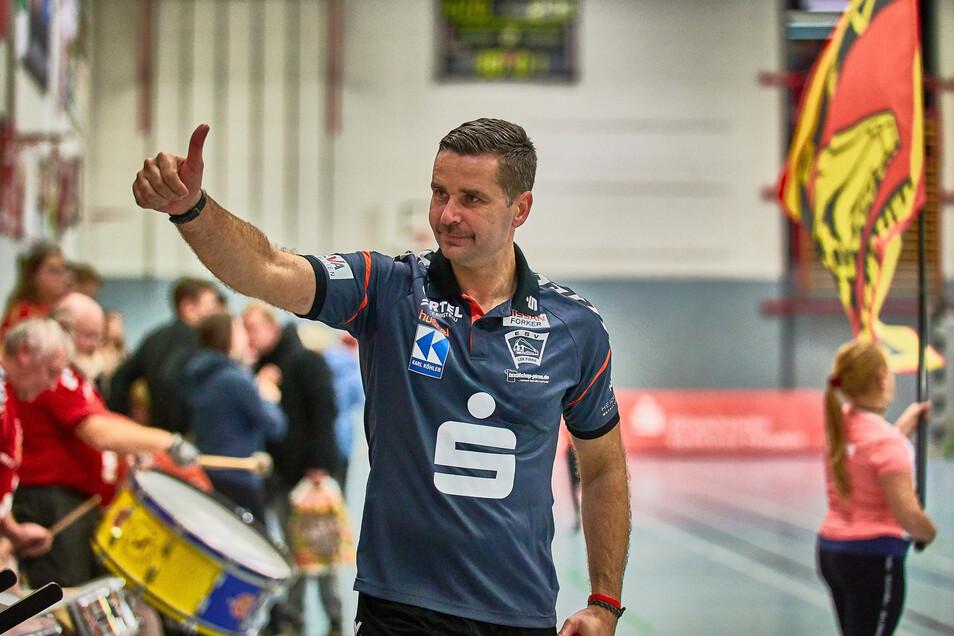 Trainer Dusan Milicevic dankt den treuen Fans.