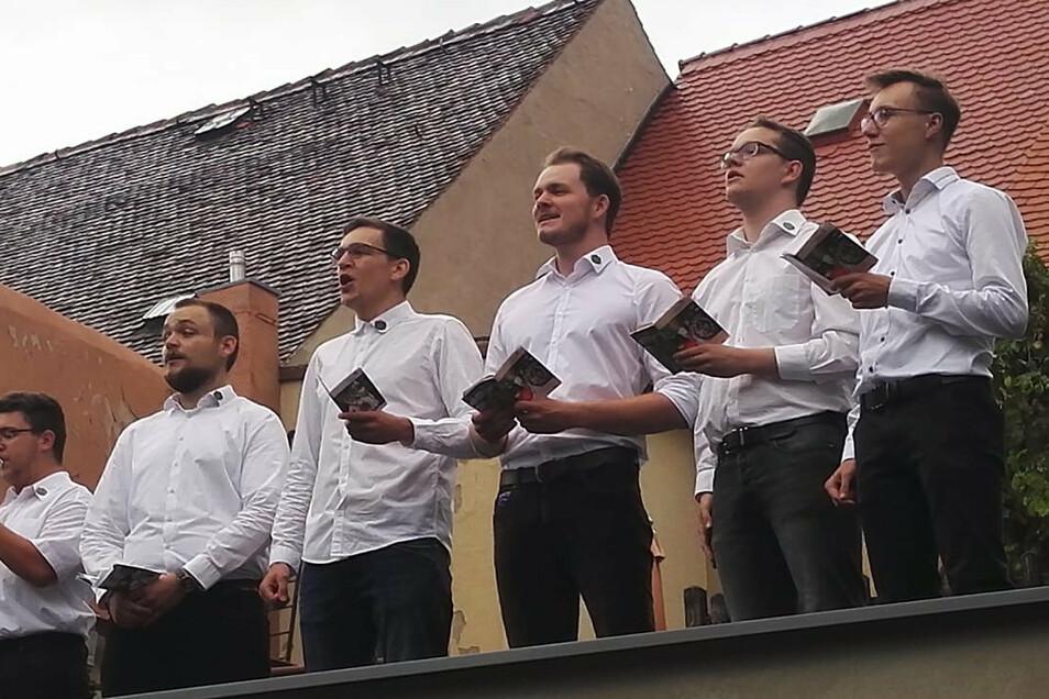 Die Chorjugend des Jesauer Männergesangsvereines lud zweimal zum Forstfestliedersingen ein. Am Mittwoch gaben die Sänger auf einem Garagendach der Pulsnitzer Straße Heimatlieder zum Besten.