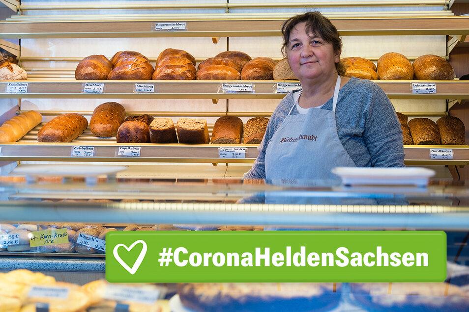 Bäckerei-Verkäuferin Manuela Schuster hat keine Chance auf Arbeiten im Home-Office. Sie versucht, Abstand zu ihren Kunden zu halten.