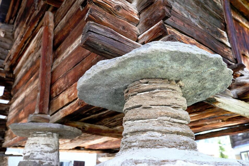 Typisch Wallis, die Steinplatten sollen das Eindringen von Ratten und Mäusen verhindern.