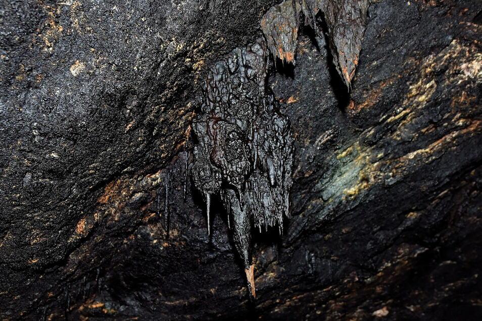Kuriose Gebilde sind unter Tage auch zu beobachten, wie hier Mangantropfsteine.
