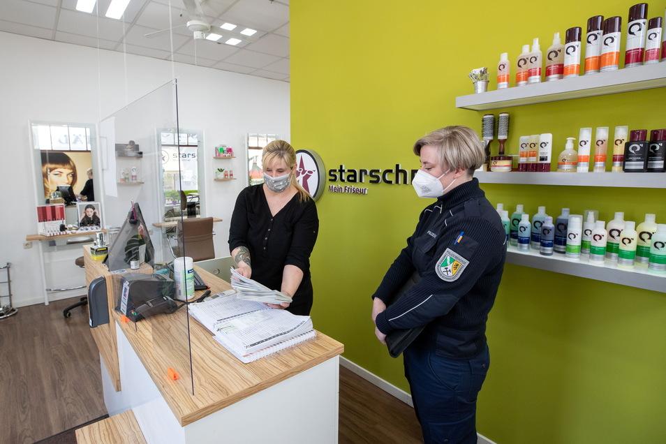 Lob im Friseursalon: Bei Starschnitt am Markt hat Rezeptionistin Bianca Eismann die Corona-Testnachweise der Kundschaft parat.