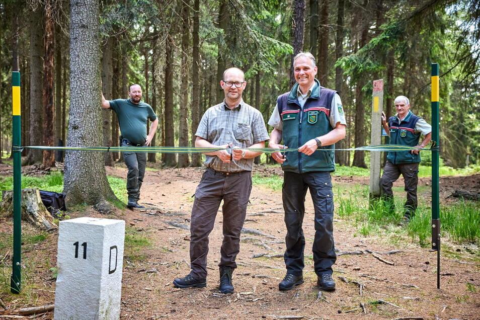 Der Weg nach Tschechien ist wieder offen: Petr Chvála (2.v.l.) vom Forstamt Decin und Uwe Borrmeister, Leiter des Forstbezirkes Neustadt, geben den Trail symbolisch frei.