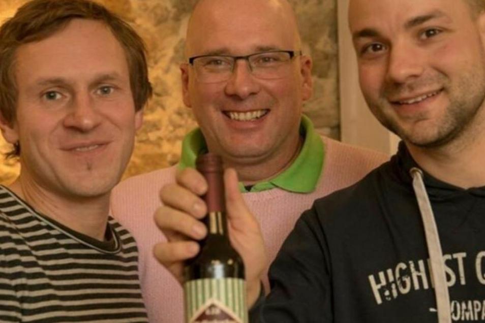 Drei Männer, ein Bier und eine große Freude: Auf einer Messe in Lyon holte das von Pfefferküchler Jens Förster, Ideengeber Axel Schneider und Braumeister Tobias Frenzel (v.l.) gemeinsam entwickelte Pfefferkuchenbier eine Goldmedaille.