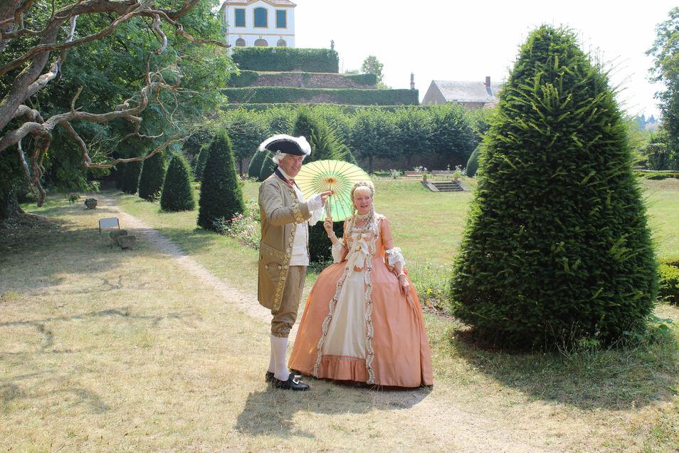 Rudolf von Bünau aus Dessau und seine Lebensgefährtin Elke Köcher flanieren in historischen Gewändern durch den Seußlitzer Schlosspark.
