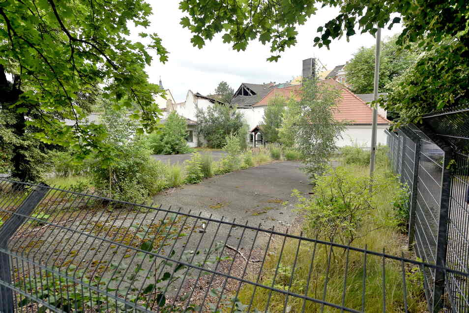 """Auch diese Brachfläche auf der Rückseite des ehemaligen Gasthofs """"Schwarzes Lamm"""" soll mit dem neuen Edeka-Bau verschwinden."""