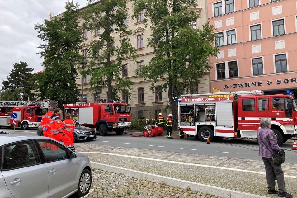 Mit großem Aufgebot rückte die Feuerwehr an. Die Drehleiter wurde nicht benötigt.