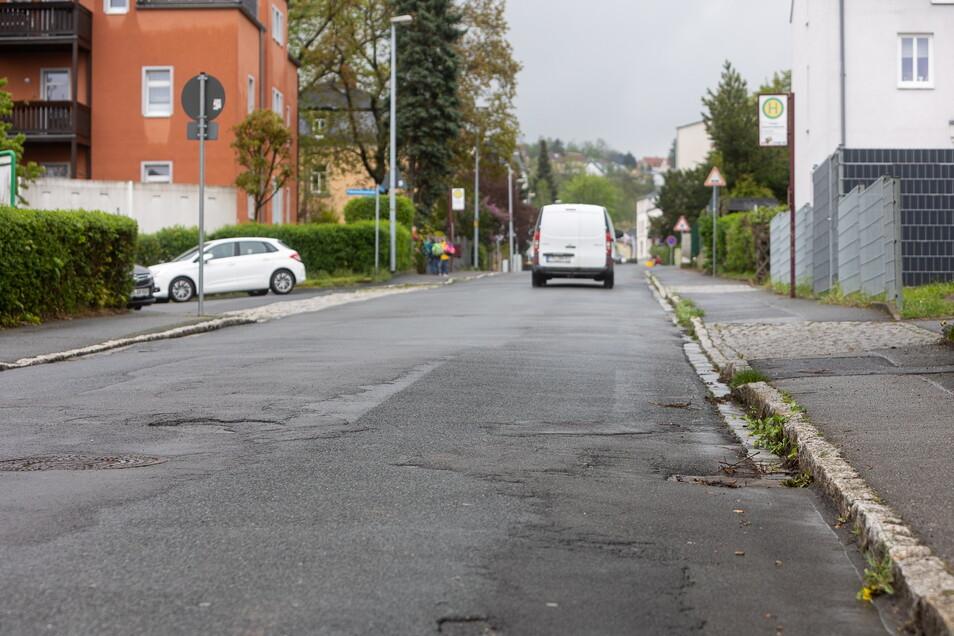 Flicken und Löcher: Die Gitterseer Straße muss dringend saniert werden.