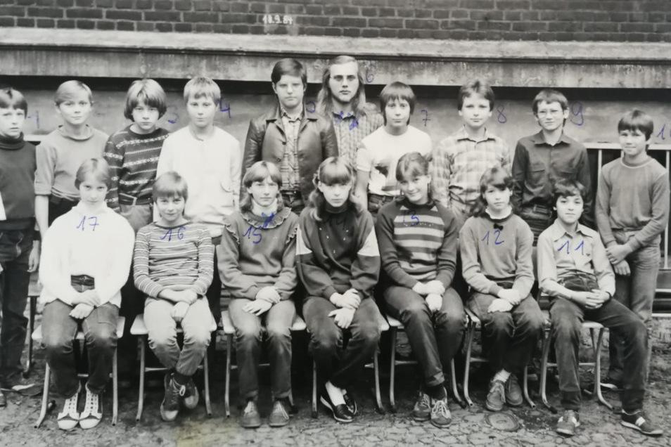 Der Mann mit den langen Haaren in der Mitte der hinteren Reihe ist Mario Eisenbeiß. Der dritte Schüler von rechts in der gleichen Reihe ist Mathias Hoinkis.
