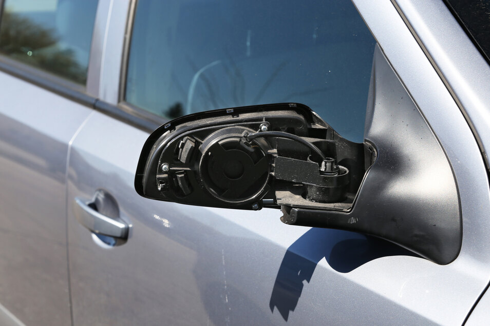 Vandalismus wie hier wird dem Angeklagten vorgeworfen. Er soll in Radebeul mehrere Autospiegel abgetreten haben.