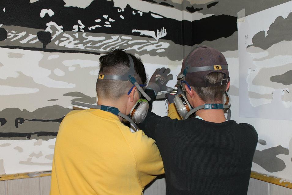 Max und Falko helfen sich gegenseitig beim Sprayen. Foto: A. Kirschner