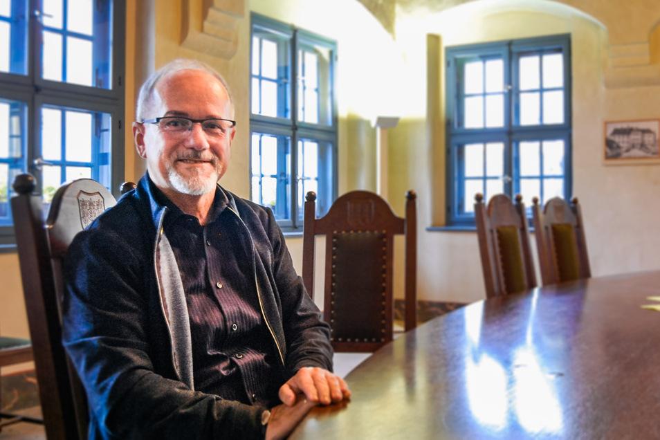 Oberbürgermeister Stefan Skora im historischen Ratssaal des Rathauses am Markt. Dieser wird in der Regel nur für besondere Anlässe genutzt.