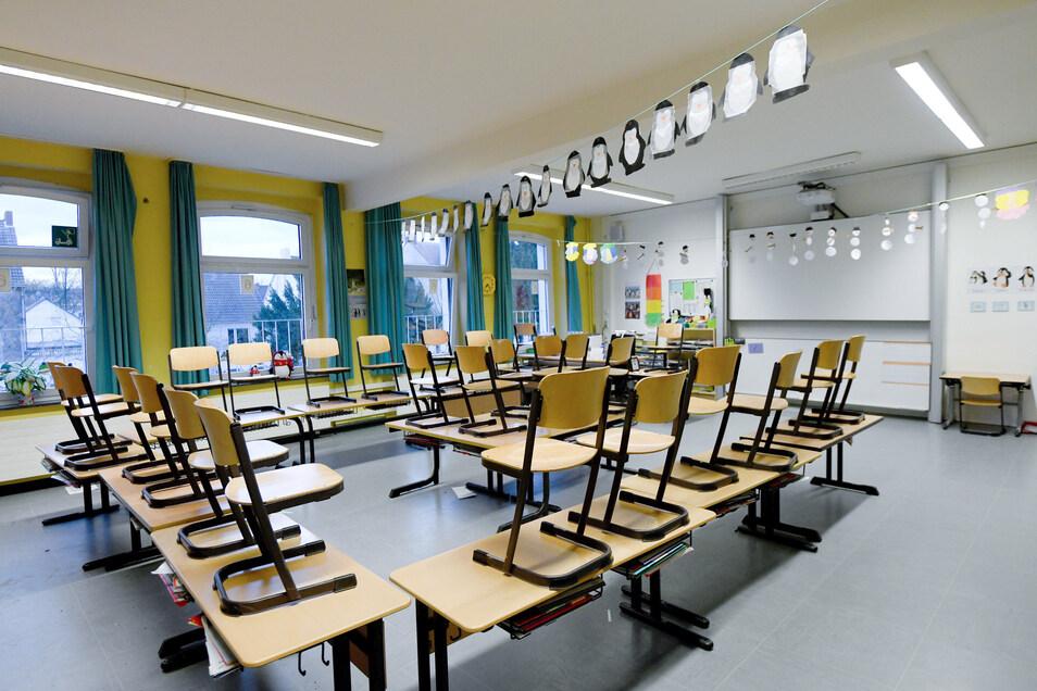 In vielen Klassenzimmern bleiben jetzt die Stühle oben – die Schulpflicht wurde bis auf Weiteres ausgesetzt.