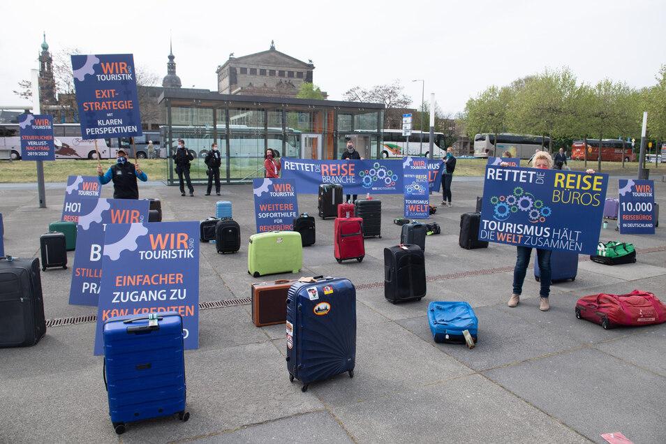 """Teilnehmer der Kundgebung """"Rettet die Tourismuswirtschaft"""" demonstrierten am Mittwoch vor dem Landtag in Dresden."""