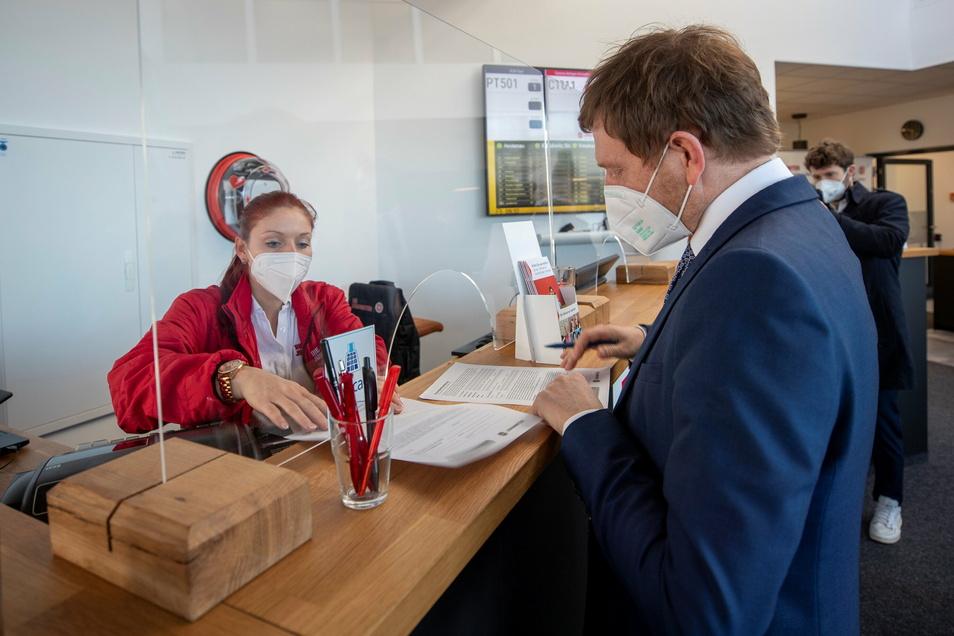 Getestet wurde Ministerpräsident Michael Kretschmer am Freitag nicht zum ersten Mal, einen solchen Zettel aber musste er das erste Mal ausfüllen. Pia Stein erklärt ihm dabei, wie so ein Test für Bürger abläuft.
