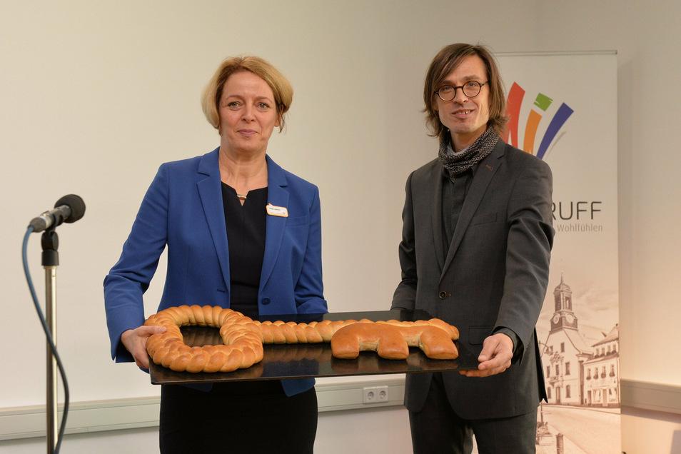 Architekt Uwe Schulze übergibt Schulleiterin Katja Laetsch einen frisch gebackenen Schlüssel.