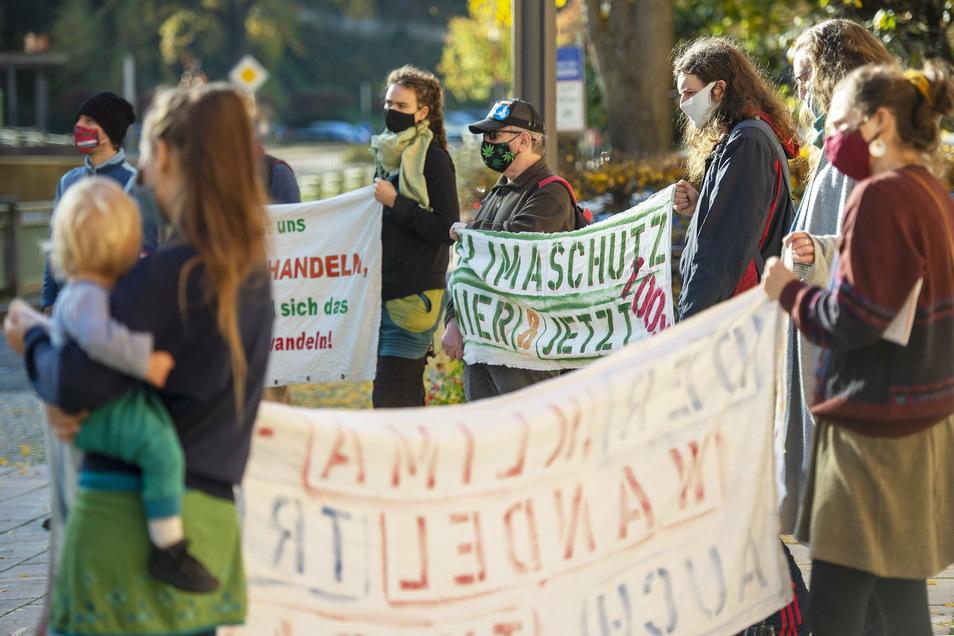 """Teilnehmer der Bewegung """"Tharandt for Future"""" demonstrieren vor dem Rathaus in Tharandt"""