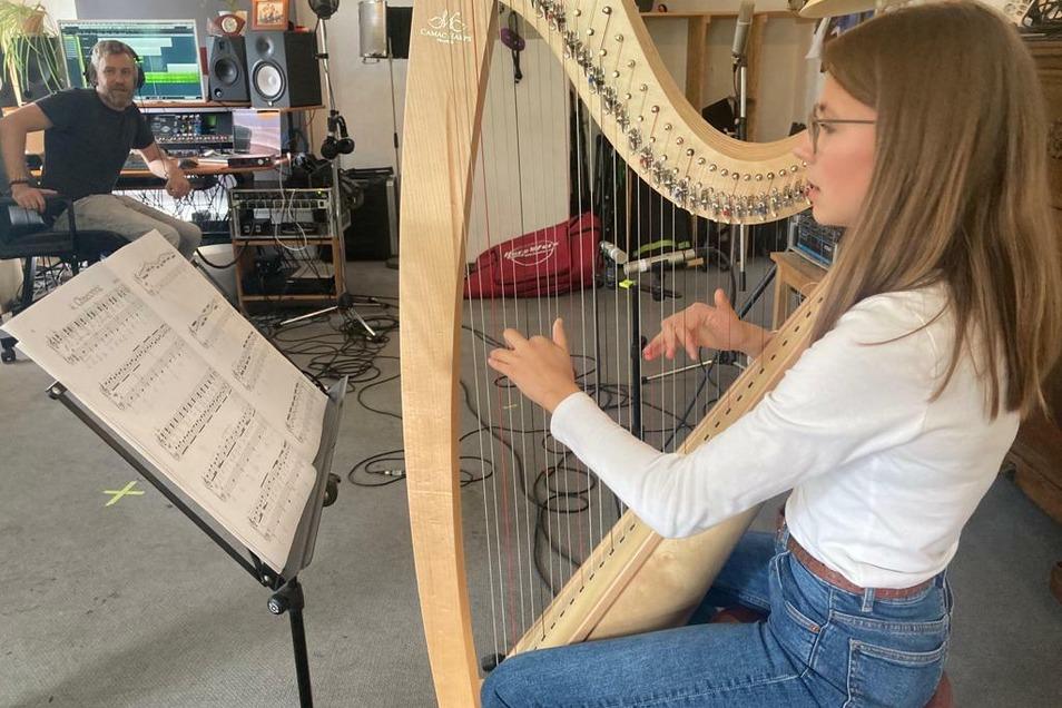 Die Dresdner Harfenistin Elea Sommer nahm ihre Lieder schon im Studio auf.