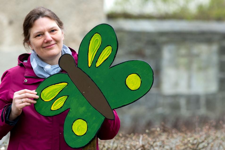 """Gemeindepädagogin Petra Lucas ist die Initiatorin des Hoffnungswegs durch Demitz-Thumitz. Die Schmetterlinge aus Holz sind in der Bischofswerdaer Männerwerkstatt des Altenpflegeheims """"Zur Heimat"""" entstanden."""