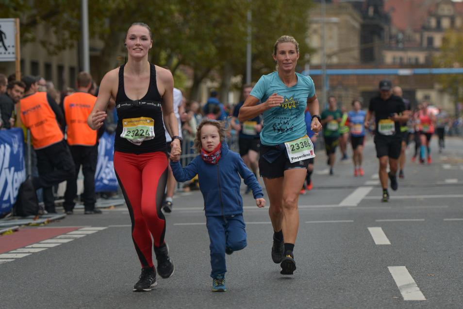 Hand in Hand mit Sohnemann läuft Jana Tina Heine (l.) nach 21 km ins Ziel.Foto: Cristian Juppe