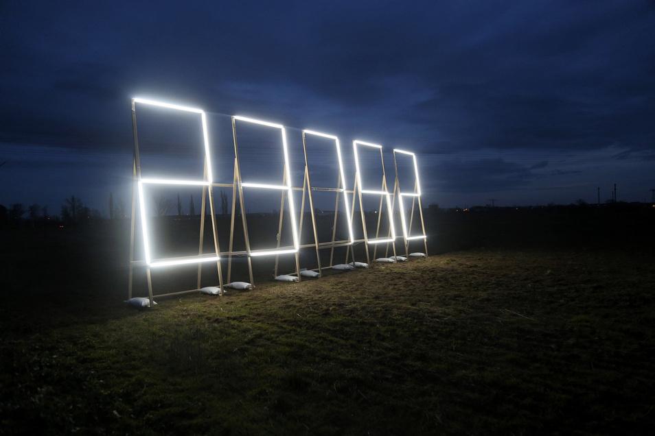 Diese Lichtinstallation steht auf einem Feld zwischen der B 169 und dem Ehrenhain Zeithain.