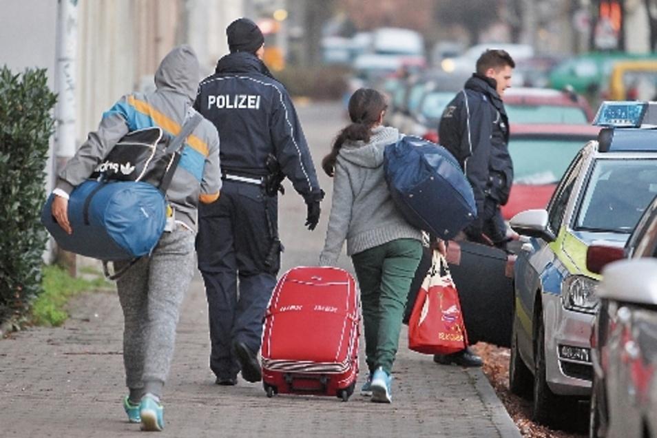 Abgelehnte Asylbewerber werden zum Transport zum Flughafen von der Polizei abgeholt.